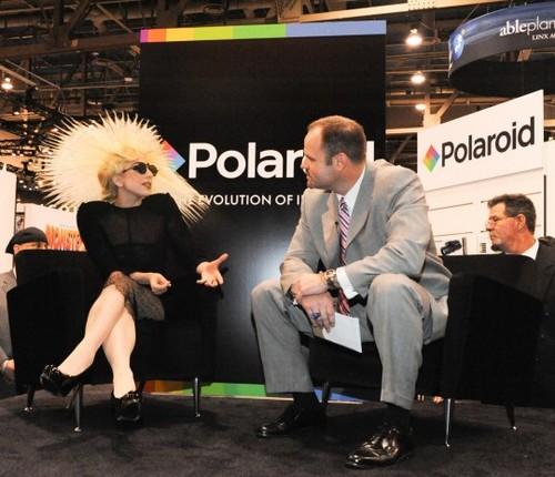 Lady Gaga directora creativa de Polaroid desde el 2010