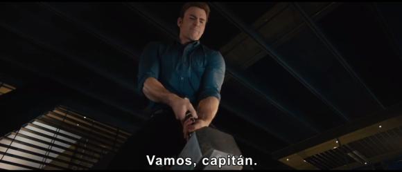 Capitan America tratando de mover el martillo de Thor