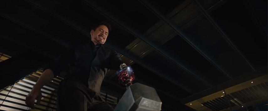 Iron Man tratando de mover el martillo de Thor
