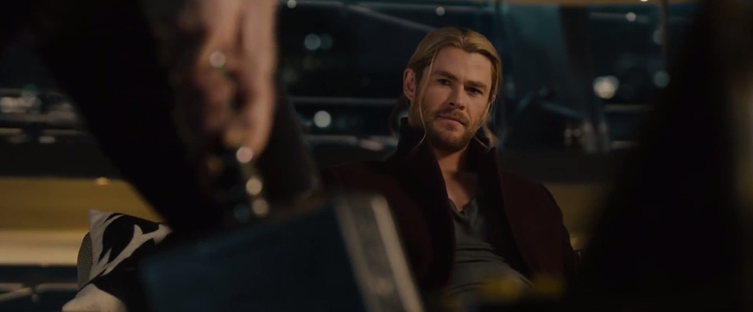Thor se asusta por que el Capitan America parece que sacara el martillo