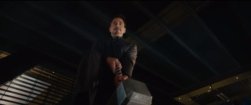 Tony Stark tratando de levantar el martillo de Thor