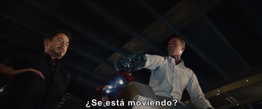 Tony Stark tratando de mover el Martillo de Thor