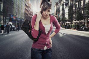 Chica-hablando-por-teléfono-en-medio-de-la-calle