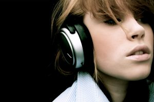 d8837cc3_headphones-girl_00332158